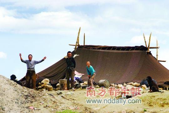 从麻玛沟到勒布沟的路上,偶遇到的牧民。