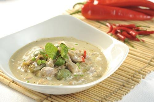 「青咖喱鸡」 - 鸡肉鲜嫩,其香 浓咖哩汁是佐饭首选,更带有阵阵 椰香