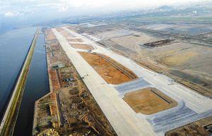 业内人士认为,第二跑道对缓解航班延误的作用有限,关键问题在于流量控制的外部瓶颈。