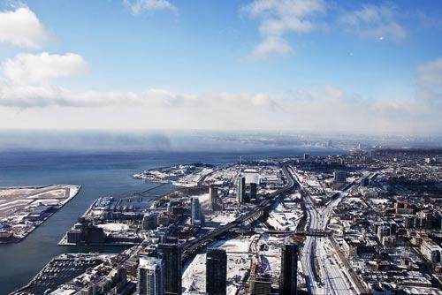 在全球最高的电视塔上俯瞰多伦多景色