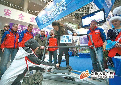 在冬博会丝绸之路国际滑雪场展位,一名游客在专业教练的指导下体验滑雪练习器。