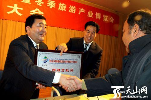 自治区旅游局领导为获奖单位颁奖