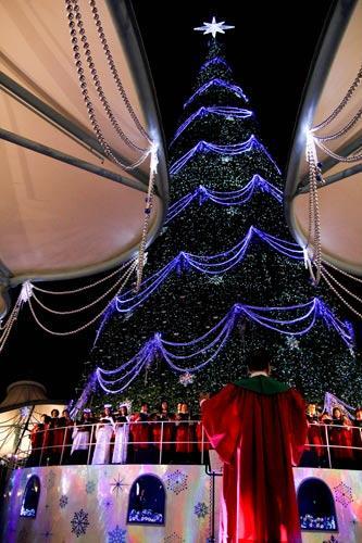 圣诞树下唱响圣诞颂歌,拉开圣淘沙云顶世界音乐圣诞嘉年华的序幕.