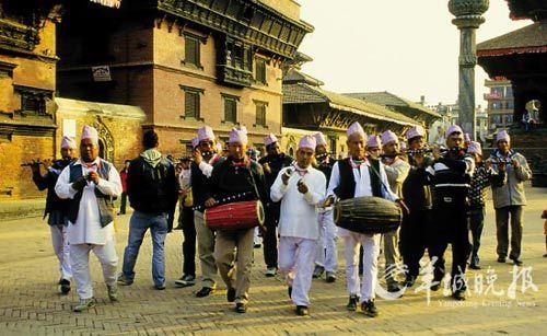 节日期间吹拉弹唱的队伍在古城巡游