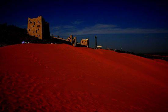 规模宏大的塔形陵墓,更显得那么苍凉,那么孤寂