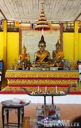 水上人家的独特生活场景令人耳目一新,私人建筑的佛寺中供奉着米制的佛像,可谓前所未见。