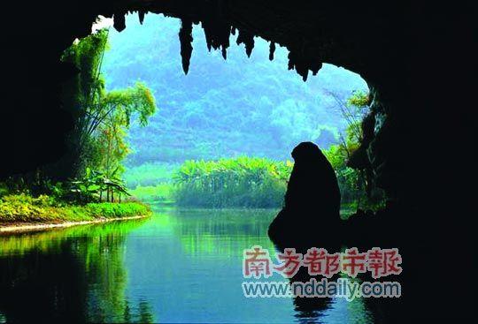 在玉溪三洞,可穿过三座石山溶洞。