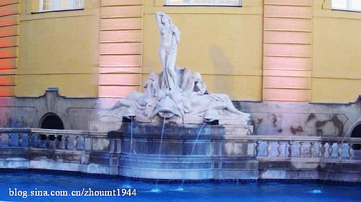 游泳池旁的雕塑