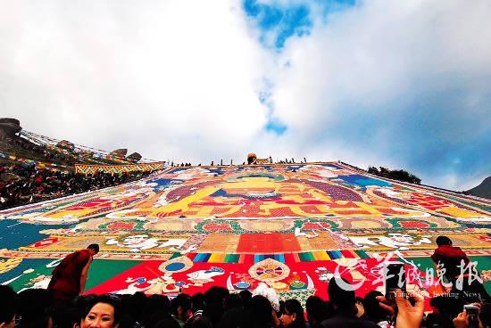 """雪顿节,是西藏最隆重的节日。十七世纪下半叶,雪顿节逐渐演变和固定成以晒大佛为主,溶入藏戏汇演和宗教活动相结合的重要节日,所以又被称为""""藏戏节""""、""""展佛节"""" 摄影:卢海林"""