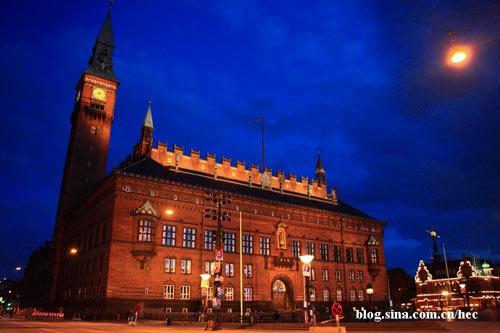 华灯初上温暖的霓虹照亮古老的市政大厅