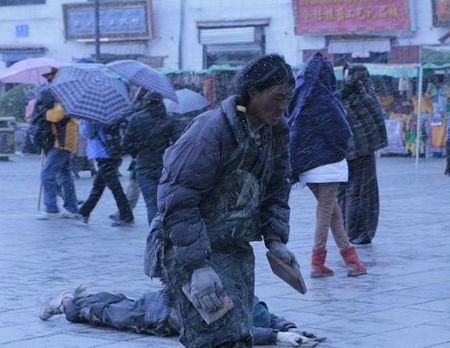 在雪中朝拜的男子