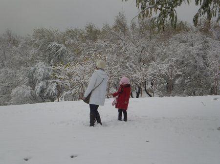 欣赏雪景的母女二人