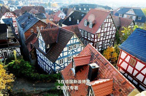 山上俯瞰马尔堡的古老积木房子
