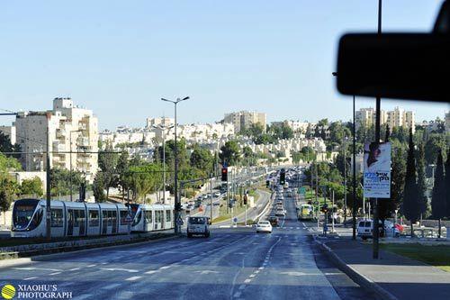 穿过了耶路撒冷的市郊,城市便渐渐消失在身后了
