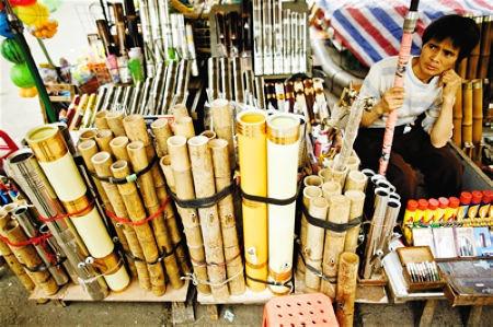 大菜市上卖水烟筒的摊贩。