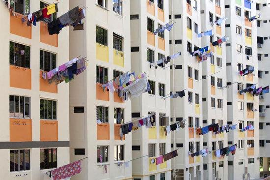 窗台上晾晒衣服仍是华人社区的特色。