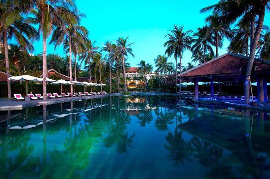 美奈安纳塔拉水疗度假村内共有89间客房、套房及别墅,整体设计风格的主旨是将越南传统风情融于热带园林之中,同时将迷人的花园、清澈的池塘、碧绿的淡水湖与蔚蓝的海洋错落有序地点睛其中。豪华客房配有的宽敞浴室内设置了大型石制浴池以及独立的雨淋花撒;配套娱乐设施则包括32寸等离子电视机、卫星电视频道、高速无线网络等,所有别墅客房还特设了iPod扩展应用基座。   度假村中目前共有六种不同风格的别墅,是追求极致享受的宾客的理想选择。无论所处位置、空间布局或私密豪华程度,均有特色之处。其中的翘楚当数安纳塔拉双卧室沙