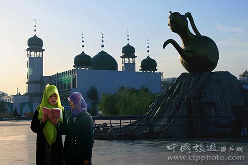 银川新月广场上的巨型汤瓶雕塑。汤瓶卫生、省水、轻巧、实用,成为穆斯林宗教活动、日常生活中最重要器具,甚至成了清真的标志(雍根业摄)