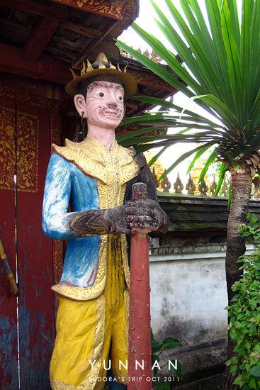 入口处的人物雕像