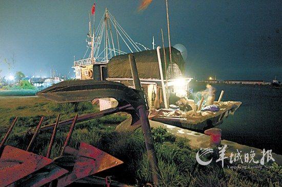夜色中的小洋口港,渔民忙着夜捕前的准备工作