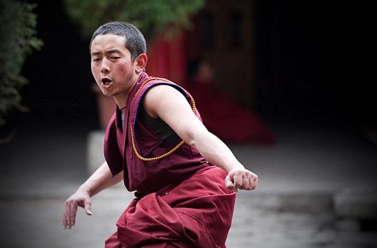 圣地拉萨大昭寺喇嘛辩经的激烈瞬间(组图)