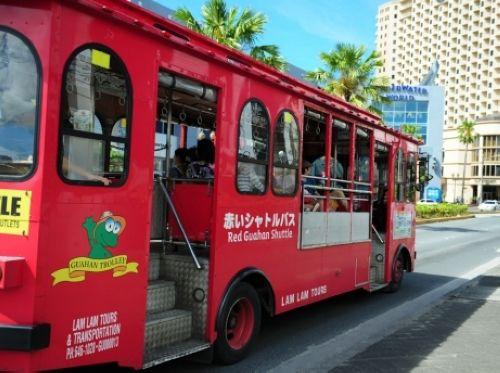 关岛随处可见火红巴士