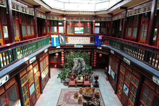 两层楼的房间围绕着天井,格局和旧时无二