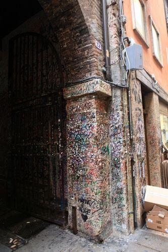 故居的墙壁上粘满口香糖