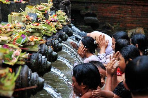 新浪旅游配图:人们认为圣水可以带来健康与财富 摄影:任末末