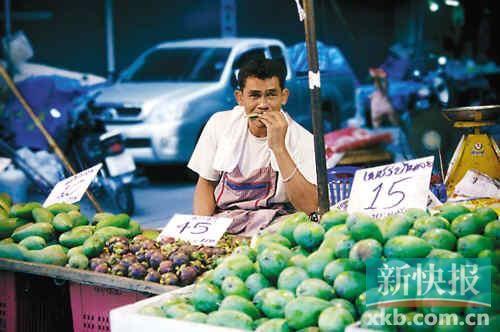 街头,各种新鲜奇特的水果