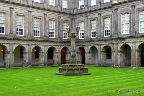 目前仍从有部份遗迹在宫殿中,1128年的苏格兰国王大卫一世到爱丁堡西图片
