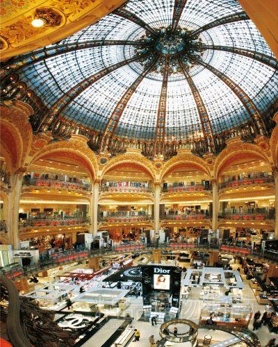 老佛爷百货内33米高的新拜占庭式巨型镂金彩绘雕花圆顶见证着法国近百年的时尚及潮流变迁
