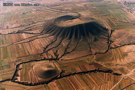 簸箕形的火山口 作者:佚名