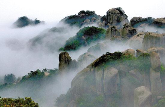 寧德太姥山霧氣繚繞、山巒疊翠是寧德世界地質公園一部分 來建強攝
