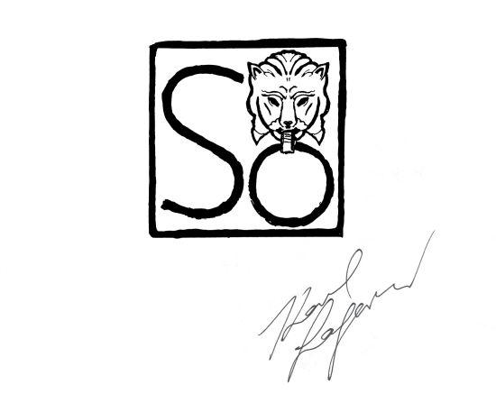 Karl Lagerfeld设计的狮子印章标识来源于纪念狮子城的诞生和与此有关的一个十四世纪民间故事。相传有一位名叫桑尼拉乌塔玛(Sang NilaUtama)的苏门答腊王子,在第一次踏入新加坡岛游历时,看到一只威风英俊的猫样野兽传说中的神秘生物狮子。他认定这是一个吉兆,便将这座沙岛命名为新加普拉(Singa Pura),意为狮子城,并在岛上建立了今天为我们所知的国家新加坡。正如这一事件标志着原先的渔业小岛开始变革为亚洲的重要中心,这一标识将狮子奉为一种内在勇气和尊严的象征,而具有这一丰富内
