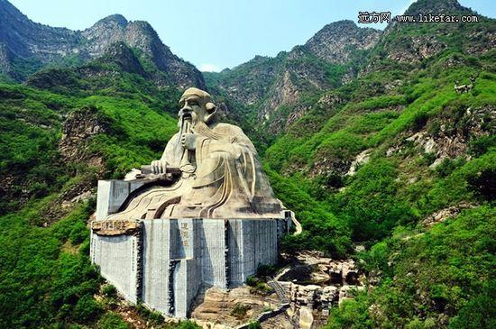 半山高的老子像巍然端坐于群山之中 作者:张春华