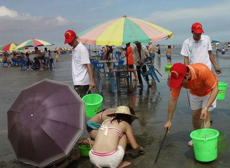 沙滩上玩耍的游人们 图片来源:新浪论坛