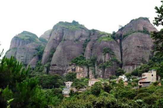 白石山山下的小村 图片来源:独行侠H 新浪博客
