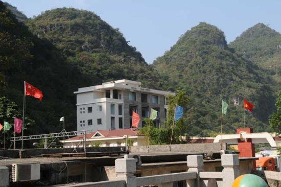 浦寨边境贸易口岸,两国的旗帜鲜明 图片来源:独行侠H 新浪博客