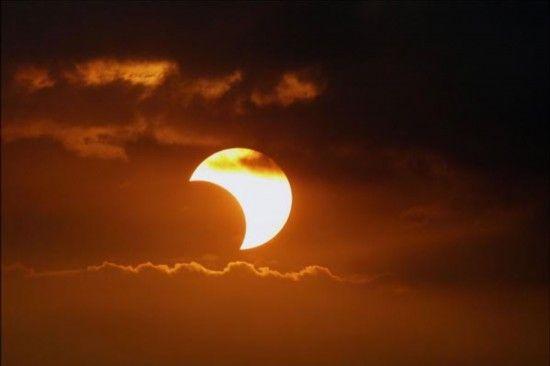 菲律宾上空的日食现象。