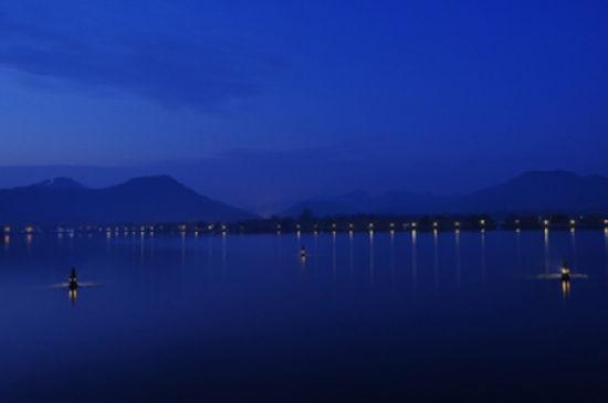 在浙江杭州西湖的湖心有三座瓶形石塔,这就是西湖十景之一的三潭印月