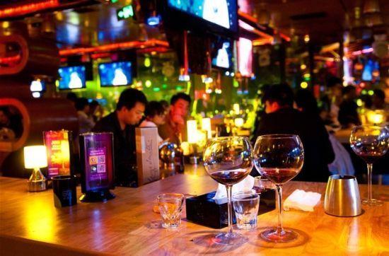 酒吧啤酒瓶_玻璃啤酒瓶_酒吧实景-泡手机图片
