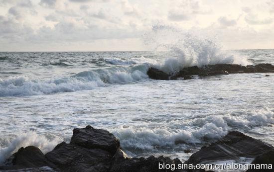 海浪打在那边的礁石上,翻腾起壮观的浪花 图片来源:阿龙妈妈 新浪博客