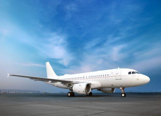 阿联酋航空至尊私人专机服务是阿航最新推出的、灵活且豪华的私人包机服务,它将提升乘客对于高品质航空服务的期待。阿联酋航空规划及航空事务部高级副总裁Adnan Kazim表示道:我们发现私人包机旅行的需求在逐步上升,尤其在中东、欧洲、印度、俄罗斯以及中国市场。我们希望凭借阿航至尊私人专机服务,将阿联酋航空一直以来对高品质和细节的追求拓展到这一业内顶级市场。   阿航空客ACJ319公务机机舱布局主要划分两个区域。第一个区域在前部机舱,配置了宽敞的餐厅和酒廊,可坐12人,这一区域融合了办公区和休闲区的