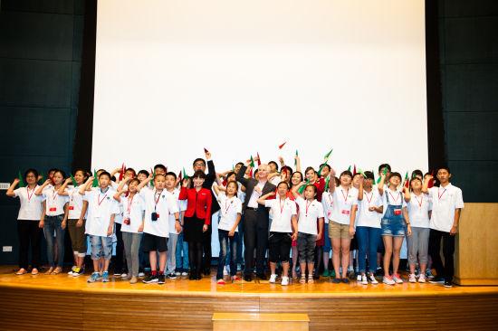 国泰航空行政总裁史乐山先生、港龙航空中国区总监理程鼎一先生与学员一起放飞梦想