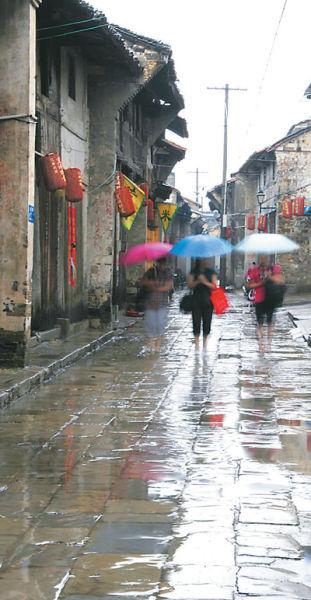 图为雨中古镇街巷。