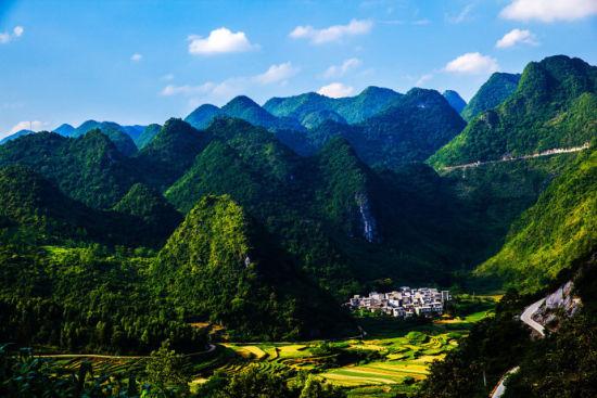 被群山包围的小村庄