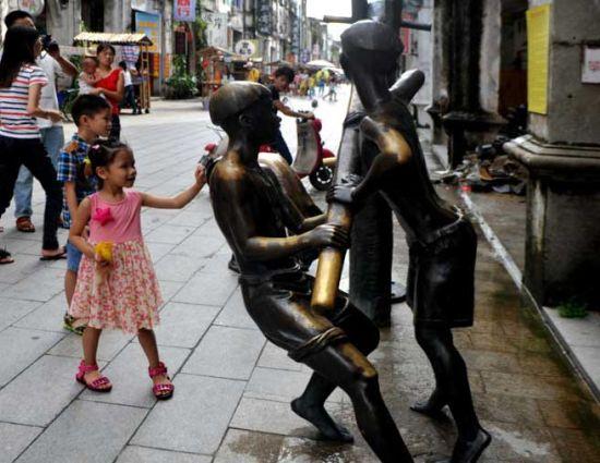 老街上的铜像 图片来源:小草 新浪博客