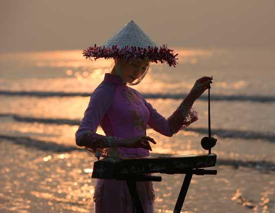 夕阳中弹独弦琴的姑娘 图片来源:建钢摄影 新浪博客