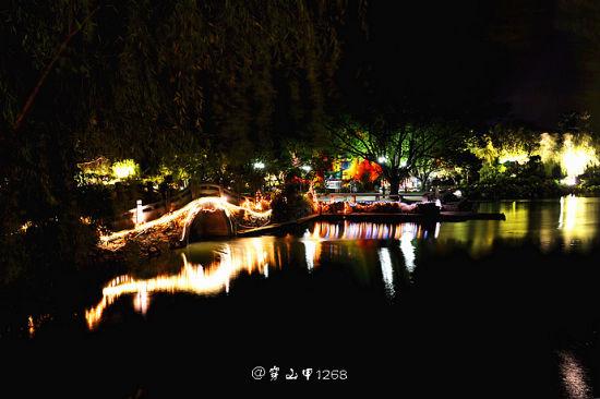蠡园,太湖边上的江南园林,到了夜晚,变得妩媚动人。